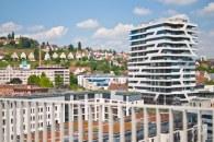En esta foto se puede ver el contraste entre los modernos edificios y las casitas en la montaña.