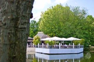 En el parque también hay cafés y lugares para descansar.