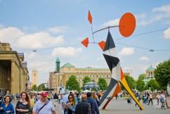 La Schlossplatz está en el centro de la ciudad. Ahí va la gente a echarse en el pasto, pero también van los artistas callejeros, que se juntan con los oficinistas y la gente que va de compras a las tiendas de por ahí.