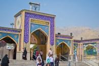 Ingresa al predio de la mezquita Imamzadeh Saleh.