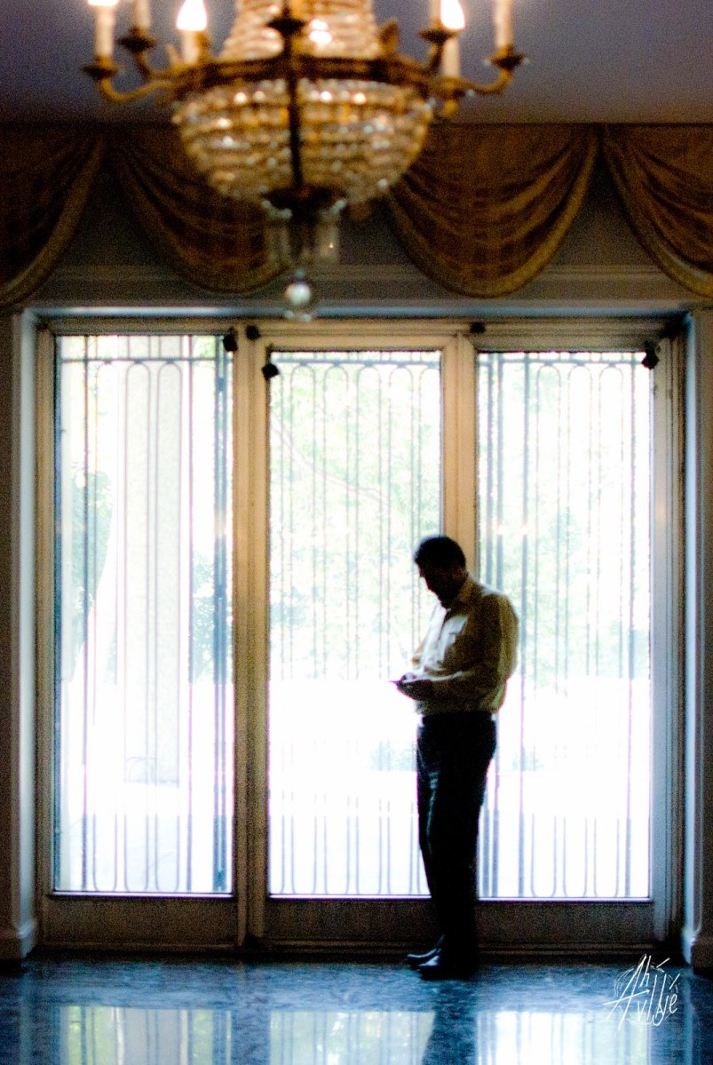 Turista mandando SMS por la ventana para agarrar señal