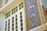 Como toda edificacion persa, tiene azulejos pintados con decoraciones natirales con formas geometricas.