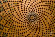 Hasta los techos están decorados con formas geométricas.