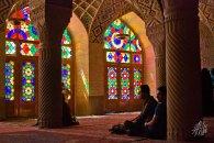 Por la manana el sol da directo en los vitrales, que proyectan luces de colores a traves de la mezquita.