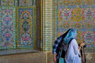 Los turistas aprovechan lo recargado de las paredes de azulejos para sacarse fotos.