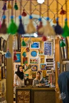 """En el gran bazar de Shiraz tambien hay tiendas esperando turistas para venderles """"recuerditos""""."""