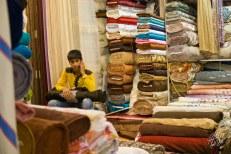 En las tiendas -y las calles- es normal ver niños y niñas trabajando como vendedores.