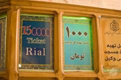 Los turistas pagan mucho mas que los iranies para ingresar a los sitios historicos de la ciudad. En la imagen se puede ver como a un turista le cobran 150 mil riales, mientras que a un local le cobra 10 mil (o 1000, dependiendo si el monto esta en tomanes o riales). Es decir, en el mejor de los casos, el turista paga 15 veces mas.