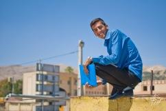 Este iraní, como tantos otros, me paró por la calle porque me vio extranjero. Y me pidió que le saque una foto parado en un muro como un mono. Vaya uno a saber por qué. Al menos se combinó la camisa con la carpeta.