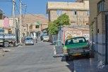 Taxi escondiendose del sol en un barrio de Shiraz.