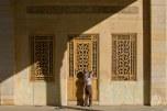 Hombre repara la puerta de un edificio antiguo en Shiraz.