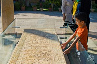 Un niño intenta abrir la tumba del poeta sin exito.