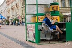 El kvas es cerveza sin alcohol, y es una de las bebidas típicas de rusia pa sacarse el frío. Se vende en las calles, aunque esta señora no parece tener mucho éxito con el emprendimiento.