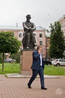 Un ruso retratado en una estatua mirando con vergüenza a un nuevo ruso.