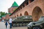 Un tanque soviético. El sueño de todo niño ruso. En unos años si tiene suerte manejará uno de verdad porque hay servicio militar obligatorio.