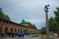 Otra foto del kremlin con sus turistas, sus murallas, sus estatuas y sus tanquecitos.