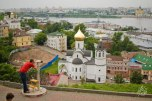 Esta es una postal de Nizhni Novgorod. Divina, ¿no? La catedral que se ve al fondo a la derecha, uno de los íconos de la ciudad, fue usada durante la época soviética como almacén de municiones.