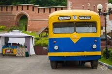 Modelo de bus antiguo afuera del Kremlin.