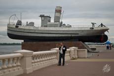 """La """"rambla"""" sobre el volga de Nizhni Novgorod tiene muchas """"atracciones"""" como este barco."""
