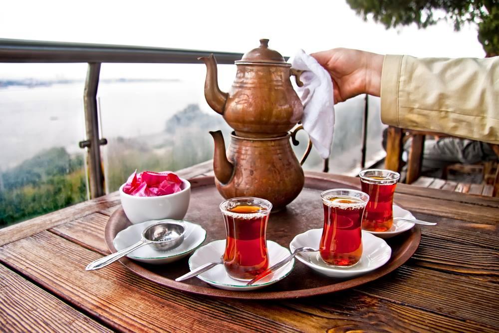 Tetera turca junto vasos típicos turcos con forma de tulipán.