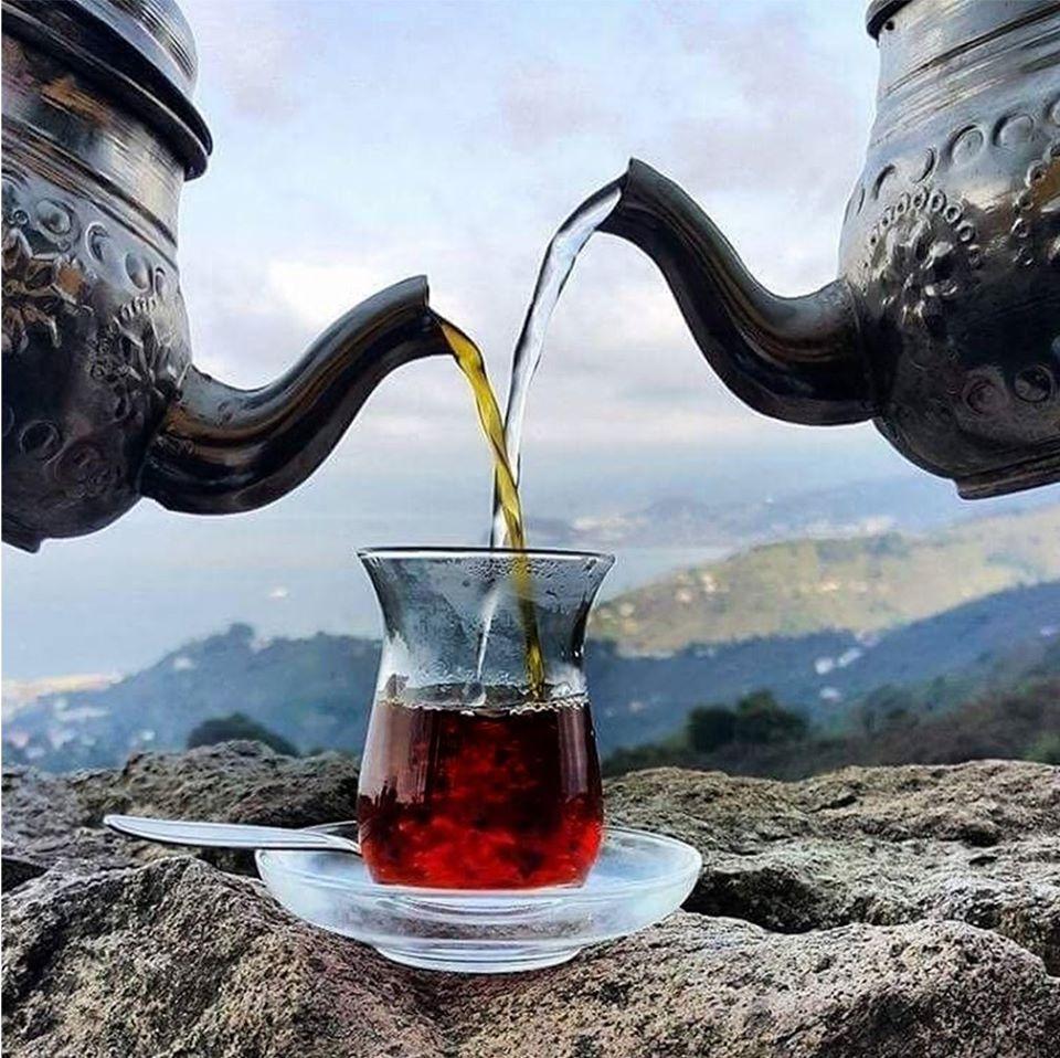Teteras turcas sirviendo té.